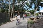 cykliści na drodze na La Digue ZS