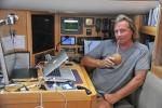 kapitan przy pracy przy komputerze