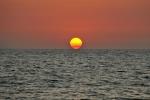 słońce odkleja się od wody o poranku