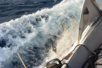 fala przelewająca się przez pokład mimo żeglugi z wiatrem